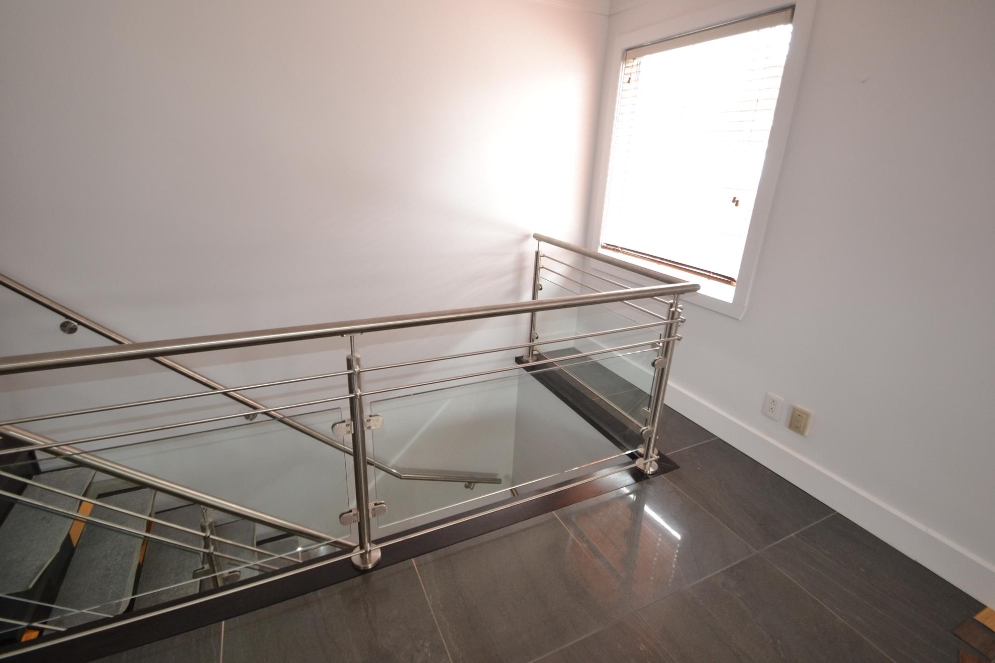 Image sur 09-Escalier panneaux de verre